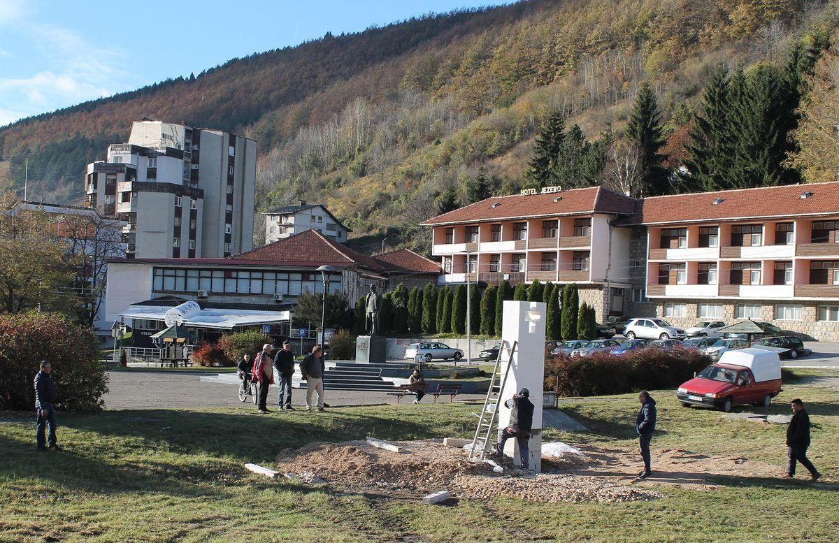 Белег попут  традиционалних крајпуташа и скулптура војводе Бојовића