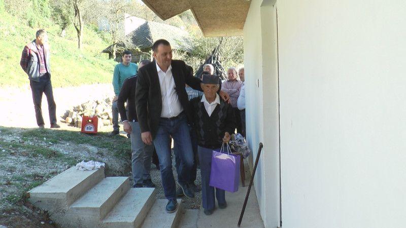 Председник општине Ивањица, Зоран Лазовић са дедом Лалом испред нове куће, фото: ГЗС