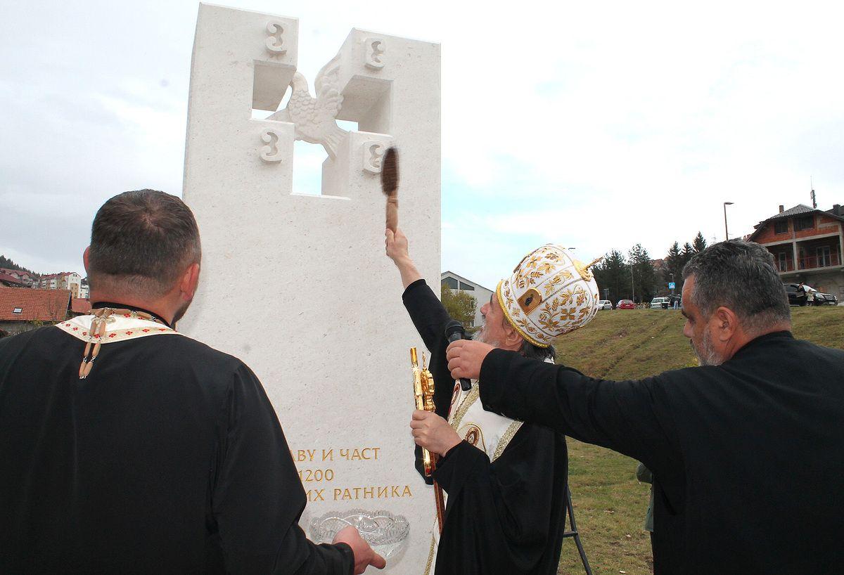 Дивимо се њиховом јунаштву,  владика Атанасије освештао споменик