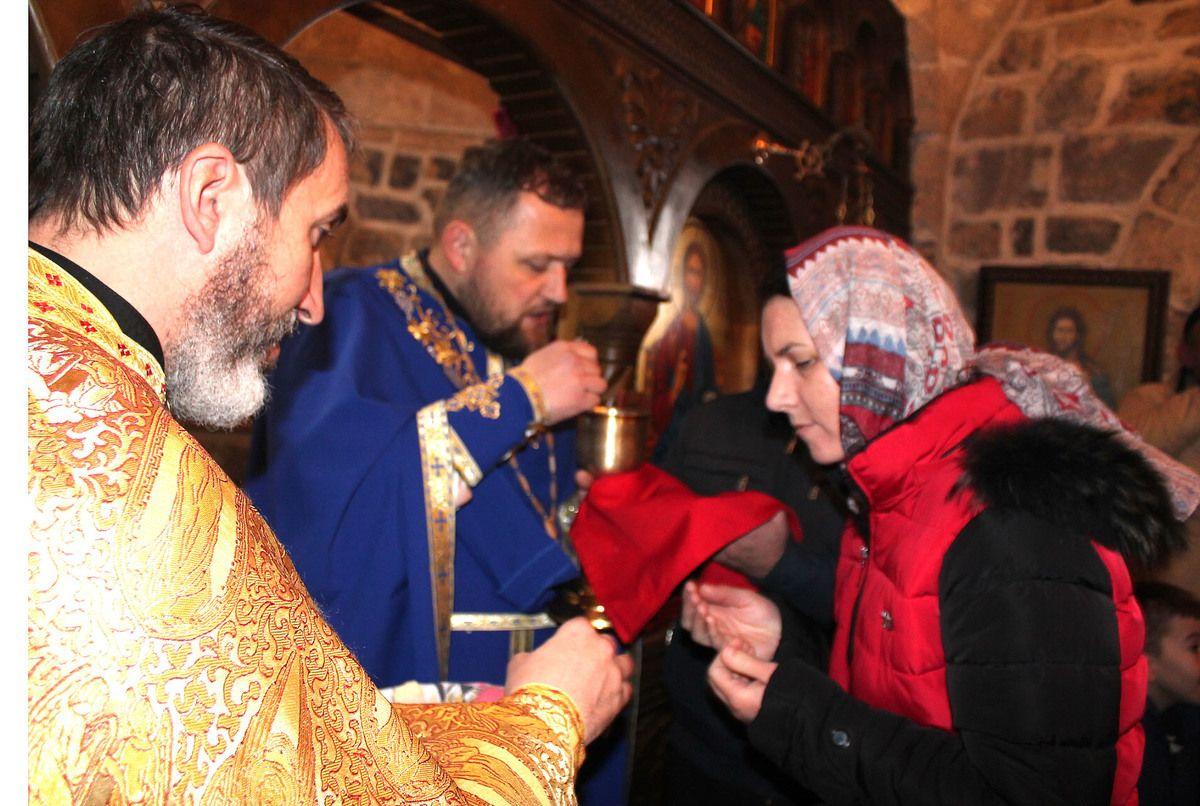 Причешће у цркви Свете Тројице у Дубници