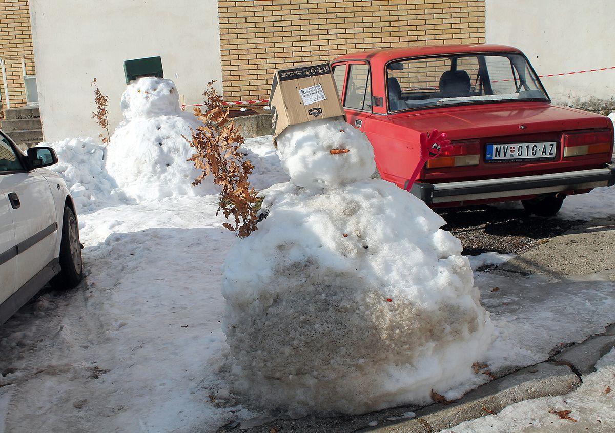 Можда су деца  могла правити Снешка и на стајалишту аутобуса?