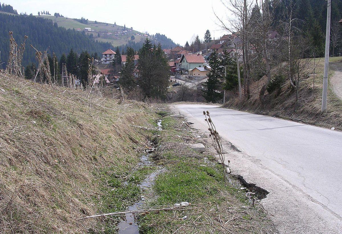 Канал испод кланице затрпан, део коловоза оштећен