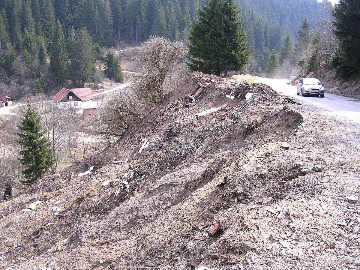 Ругло, депонија прети да у поток и Злошницу однесе и део колово