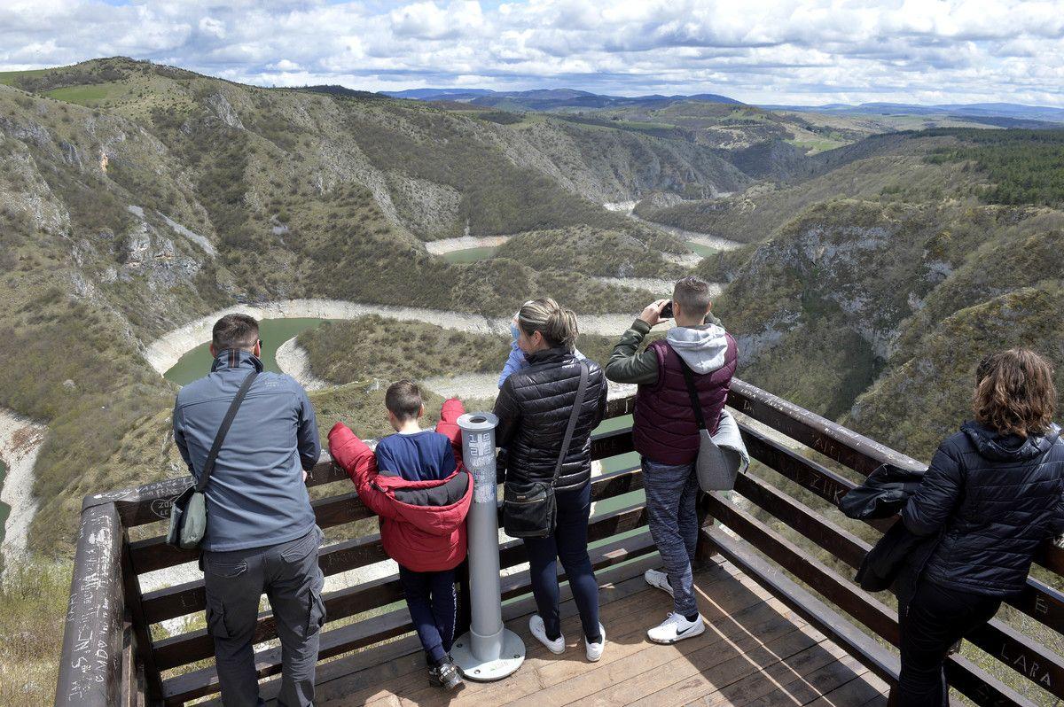 Туристи на видиковцу
