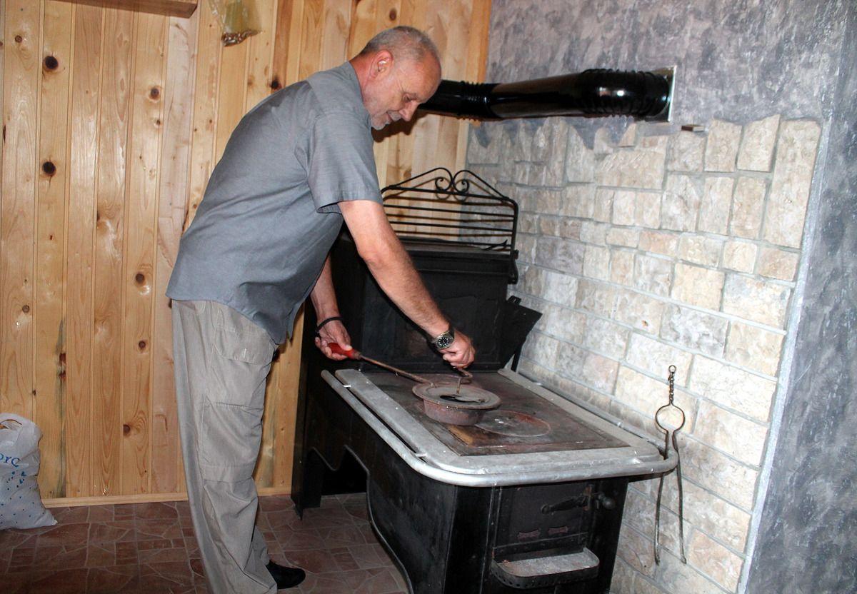 Старине, преуређен шпорет циганац у колиби поред  Јаворског пута