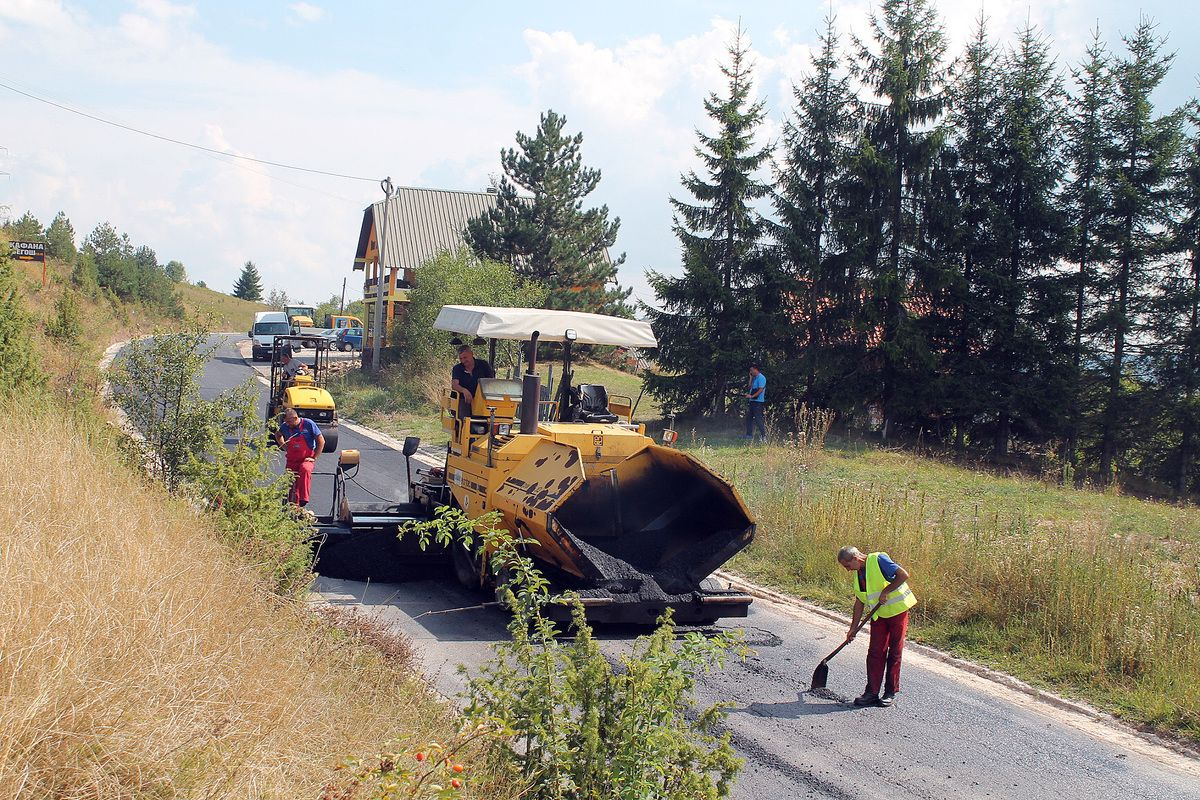 Пресвлаче рупе и закрпе слојем асфалта од десет сантиметара (Фото: Д. Гагричић