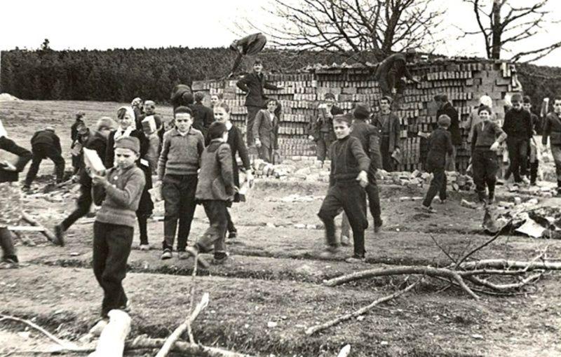 Ђаци на градилишту школе у Катићима 1962. године