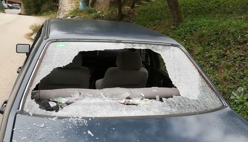 Поломљена стакла на возилу полицијског службеника
