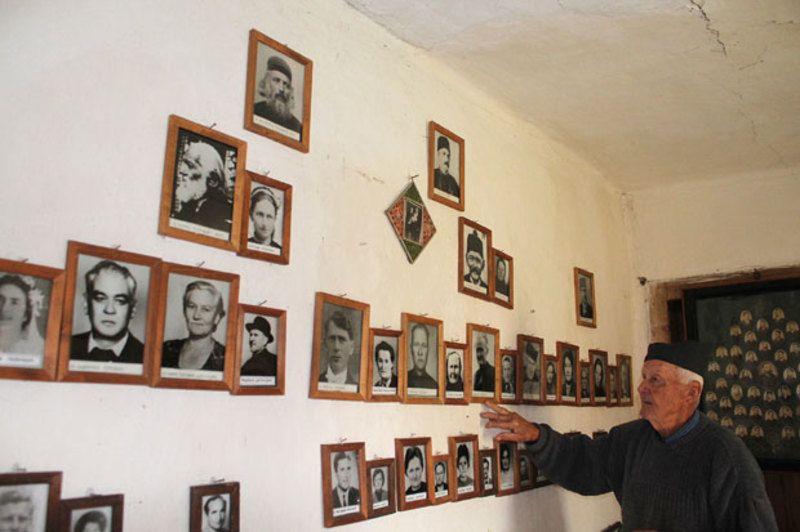 Гране породичног стабла окићене сликама и Паун Поповић (87)