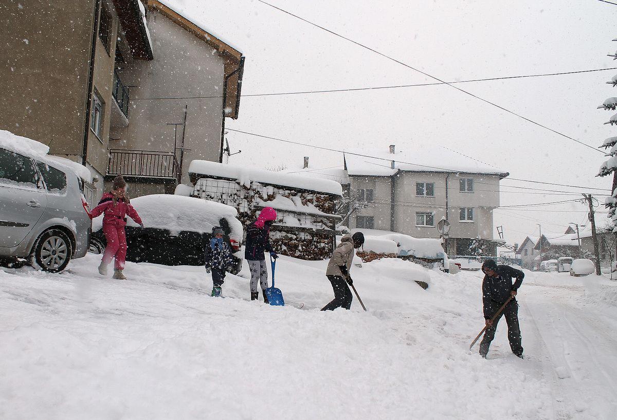 Сва чељад у акцији чишћења снега