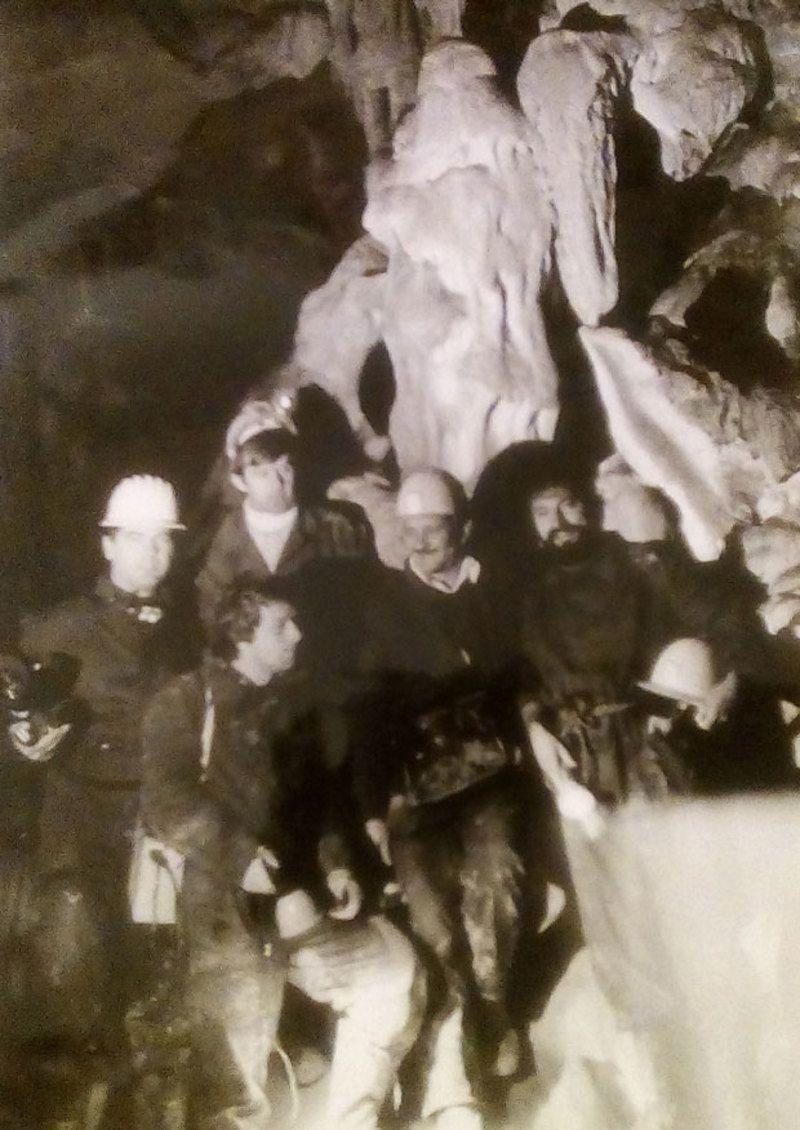 Спелеолози и ТВ камермани 1979. испод статуе Деда Мраза