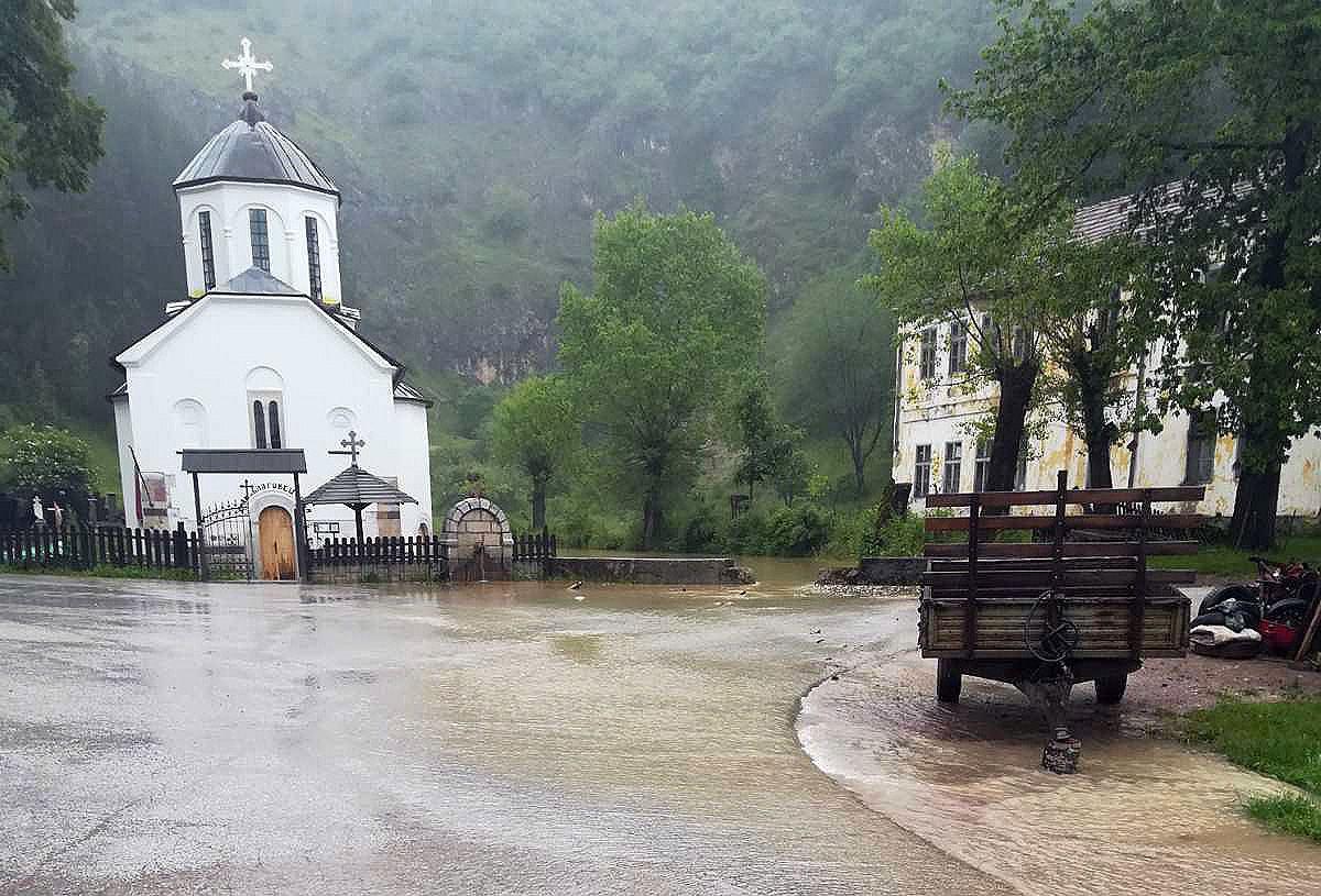 Вода близу прага цркве Благовештења