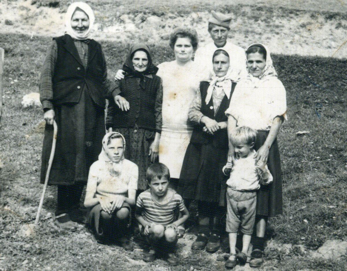 Упорна - старица Иванка Џекулић, прва слева, бранила  козе