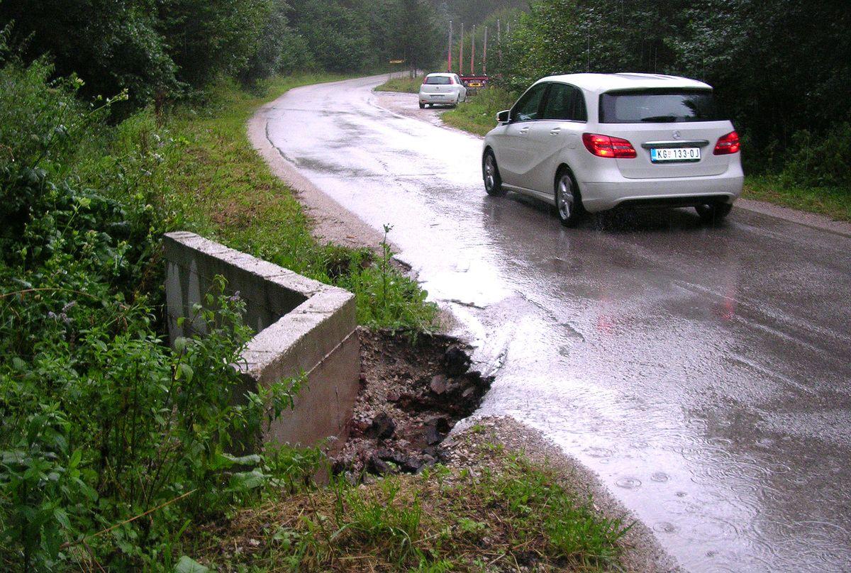 Немар и нерад - одрон сузио коловоз код пропуста на путу у Злошници (Фото: Д. Гагричић)