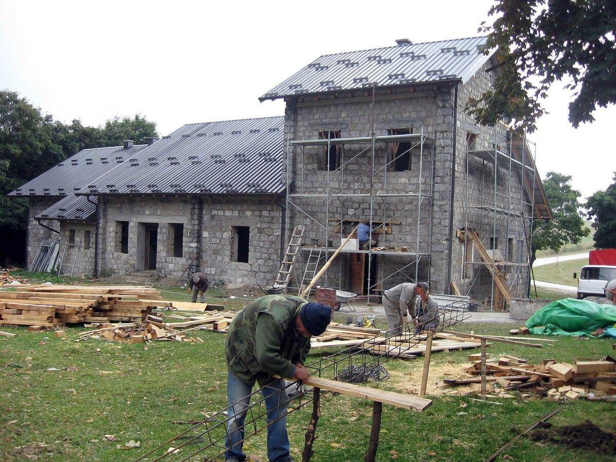 Трагови - до 1912. караула, а сада шумарска кућа