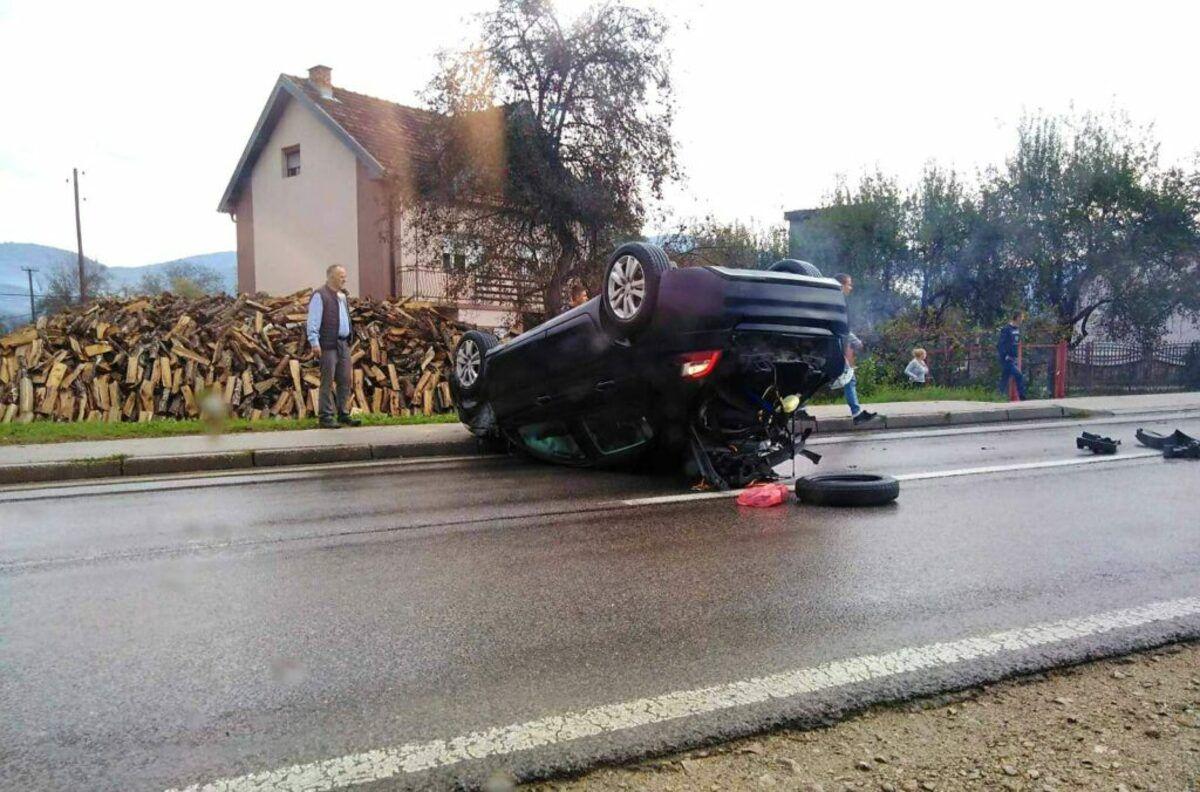 """У судару два возила, """"цитроен"""" завршио на крову, (фото: ppmedia)"""