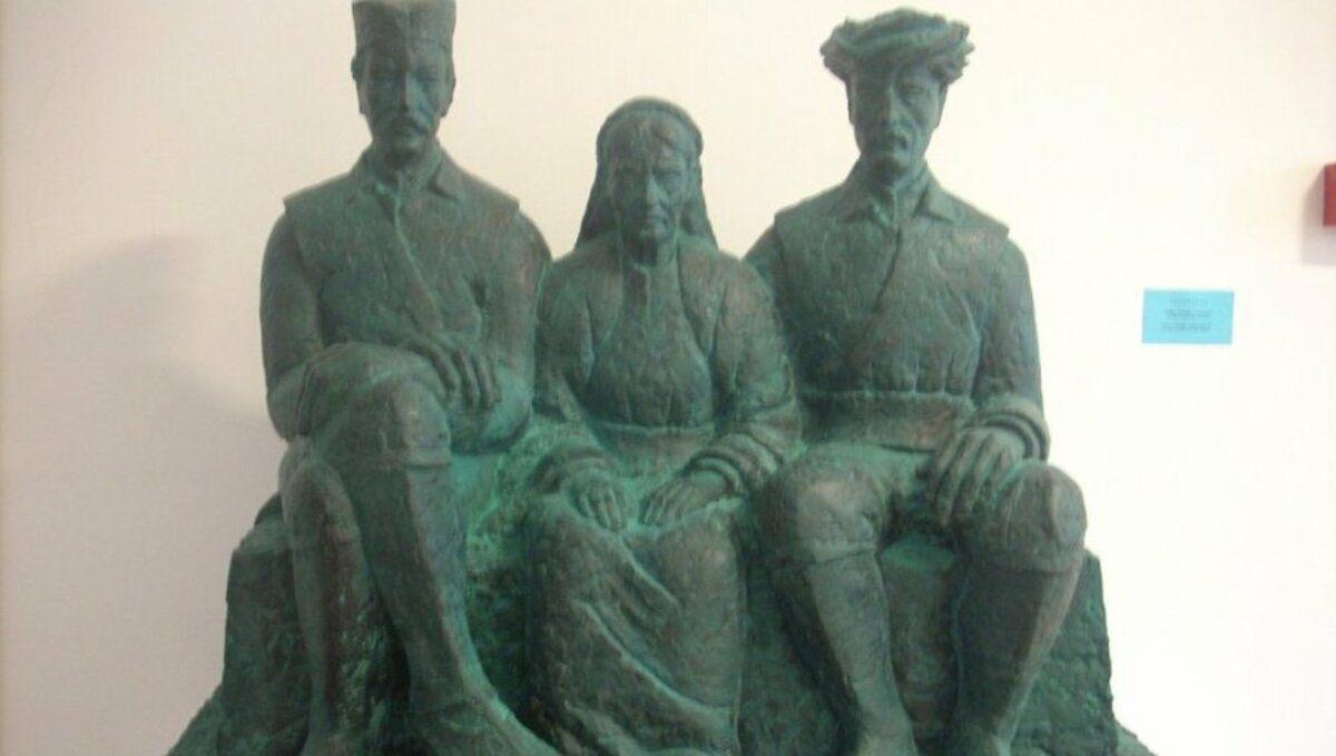 Мајка Ружица са синовима Алијом и Луком, скулптура пред пријепољским Музејом / Фото Д. Г.