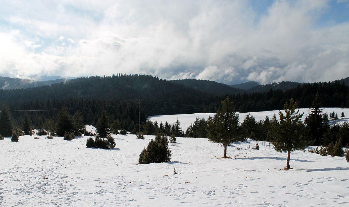 Снежна белина и ћудљиви облаци изнад Козаруше