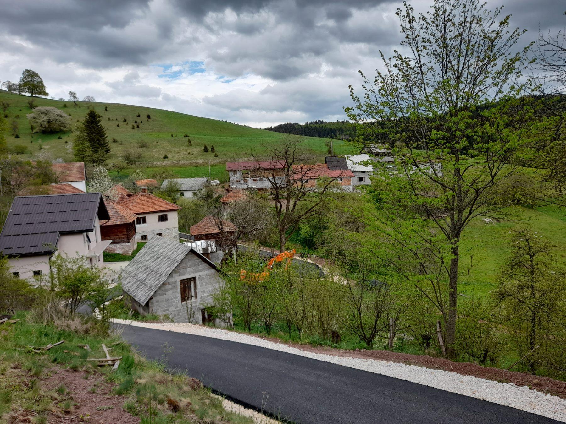 Асфалт до кућа, лакши превоз сточне хране  (фото: Милоје Јелић)