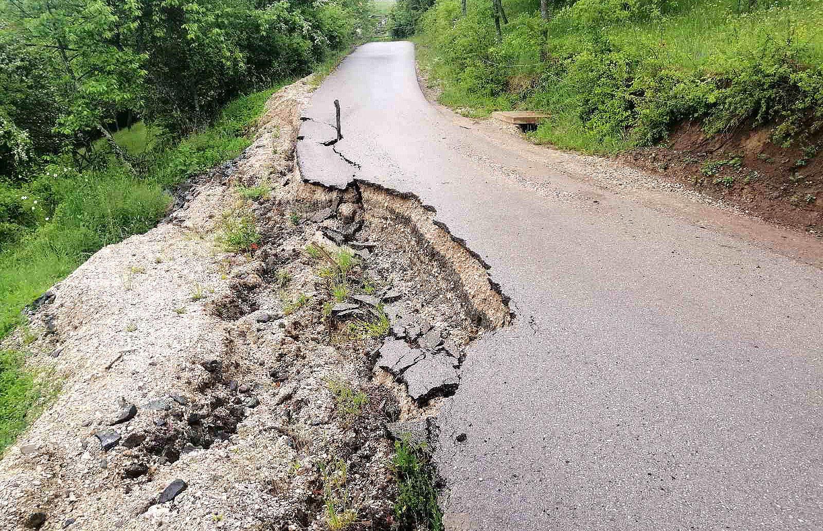 Одрон угрозио везу са магистралним путем (Фото: Александар Грујичић)