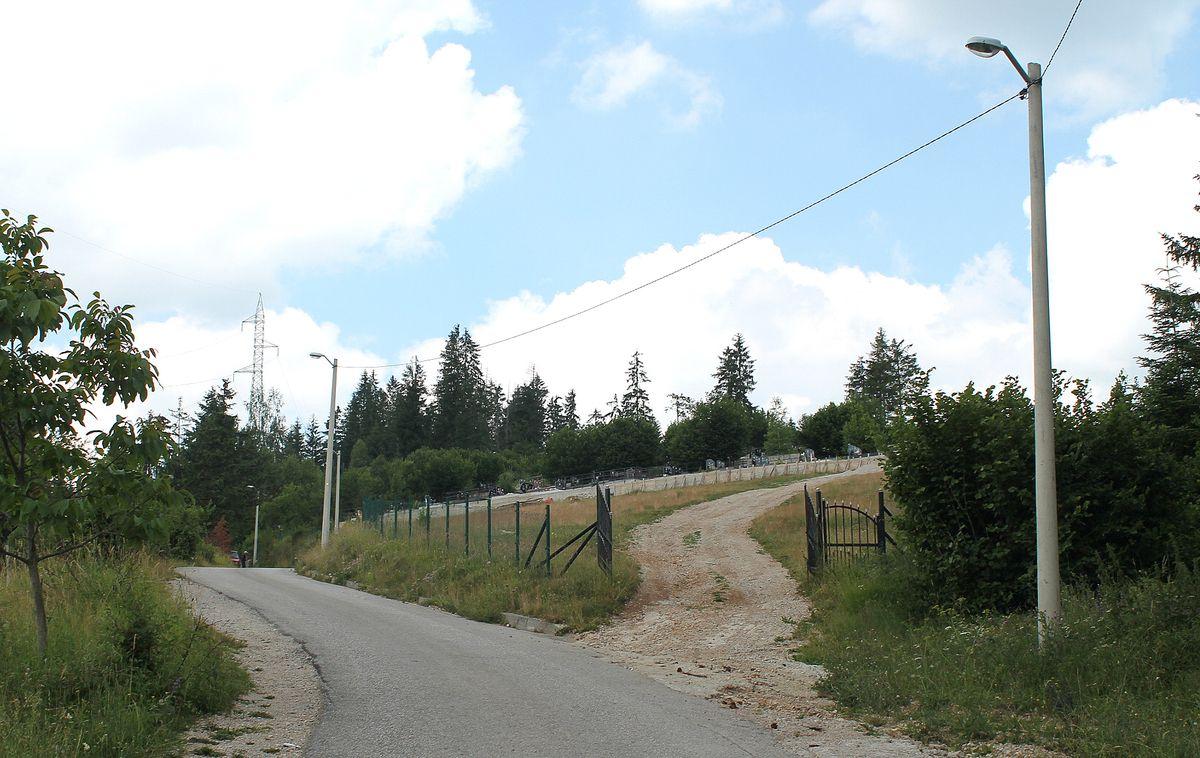 Нови део гробља – улаз са путу за Тикву и Вучију