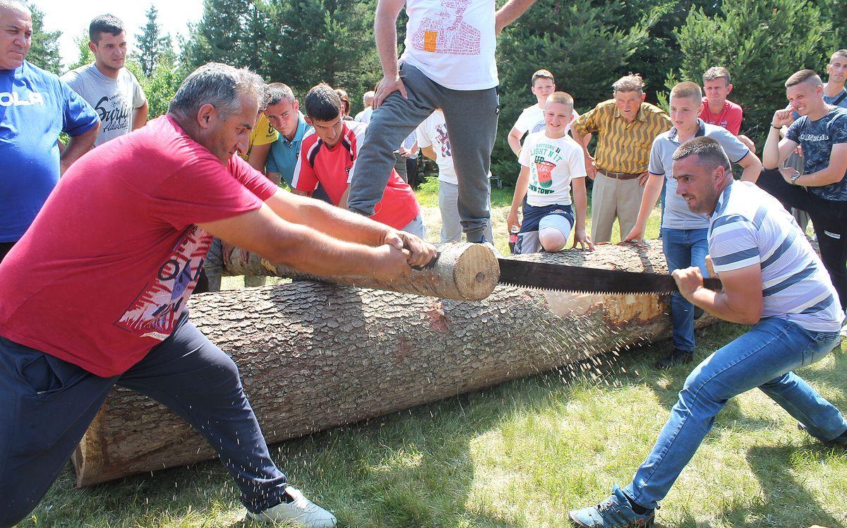 Стругање кладаром – подсећање на претке дрвосече