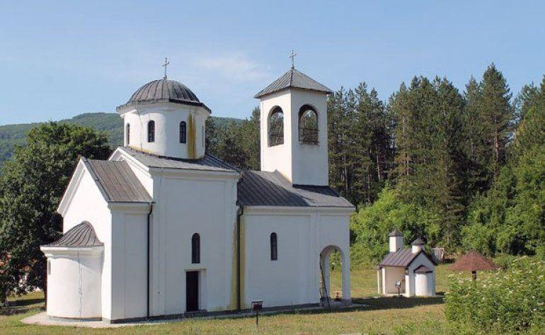 Немар - Белези из радоињске цркве склоњени у жбуње