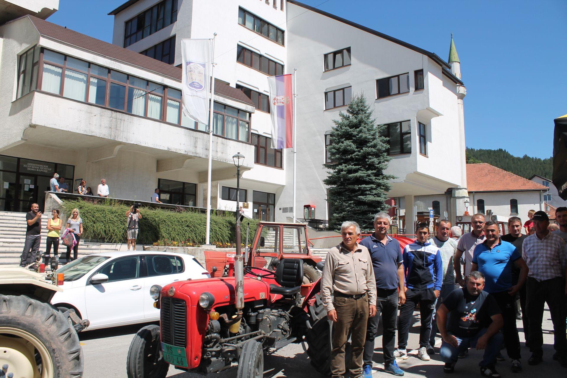 Трактори и водоноше пред општином