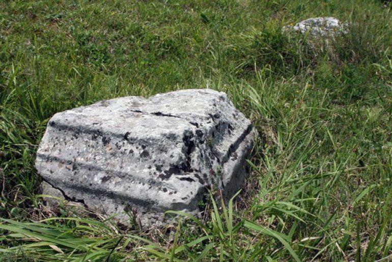 Постамент - Камене плоче на локалитету Лисичијак, Фото Архива Музеја у Ужицу