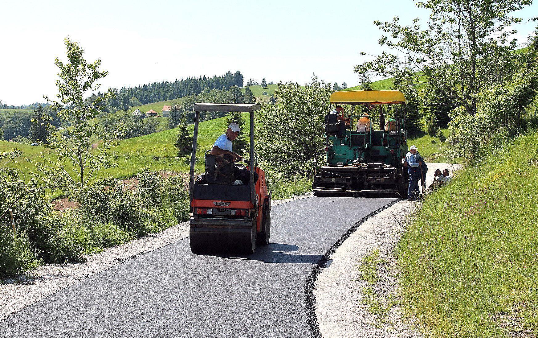 Изабране три фирме да  асфалтирају  3.902 метра макадама (Фото: Д. Гагричић)