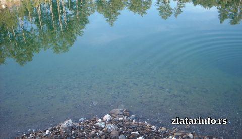 """Jezero kao ogledalo u neposrednoj blizini brvnare """"Murtenica"""""""