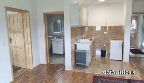 Dnevni boravak i kuhinja - Apartmani Aronija