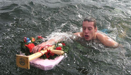 Stojan Mladenović prvi stiže do časnog krsta