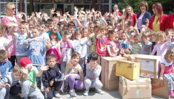 I mališani iz dečjeg vrtića pomažu poplavljenima