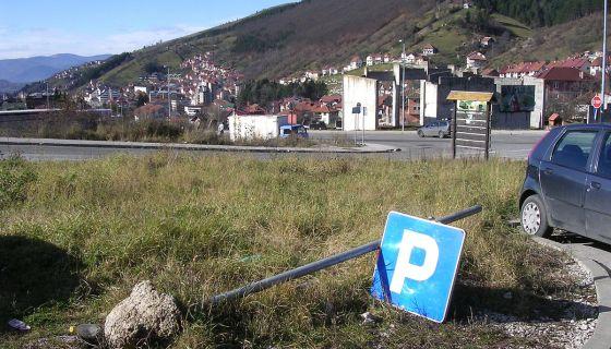 I kod stadiona je znak parkiran na zemlju