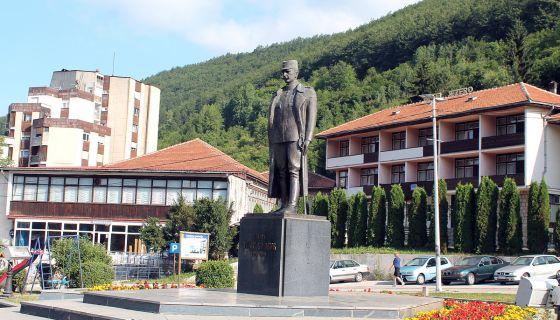 Почасти - споменик војводи Бојовићу на тргу који носи његово име