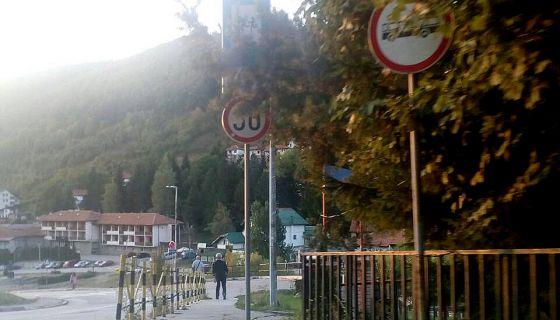 Гране дрвећа сакриле саобраћајне знаке