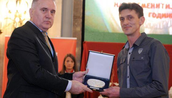 Priznanje Mladjenovicu urucio je glavni urednik Novosti Ratko Dmitrovic