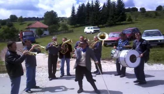 Deda igra uz trubace