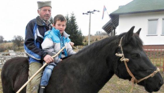Nemanja Bojović na konju putuje do škole