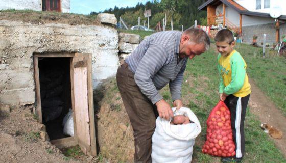 Зимница на сигурном – деда и унук, Секула и Марко Недић испред трапа