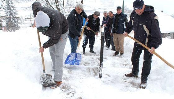 Моба - комшије су лопатама чистиле прилазе у Улици Филипа Вишњића