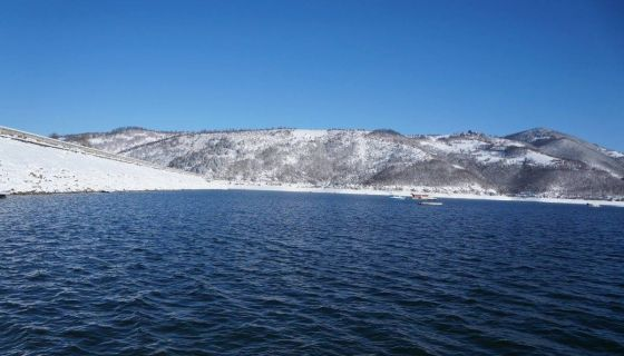Zlatarsko jezero okruzeno snežnim brdima