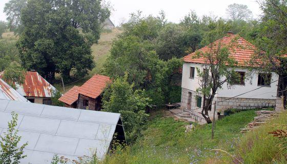 Булдожер је, коначно, спојио два Трудова - Куће Топаловића у Дубоком Долу, на крају села