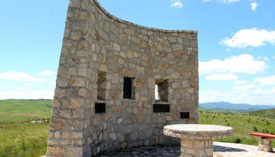 Споменик Калипољској бици на брегу Молитва, у селу Љепојевићи подигнут 2002. године