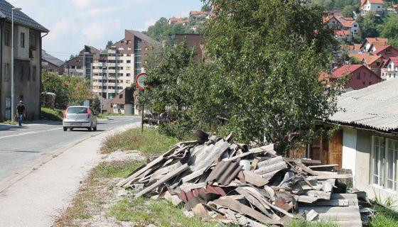 Gomile otpadaka pored magistralnog puta kroz grad