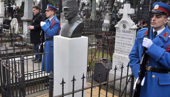 Polaganje venaca vojvodama / Mišić, Bojović/ i  generalu Šturmi