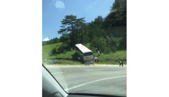 Аутобус слетео са пута, једна особа теже повређена