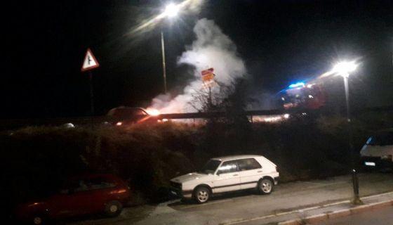 Аутомобил у пламену на уласку у Пријепоље