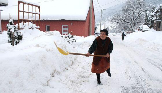 Лопату у руке – Милица не чека помоћ ( Фото: Д. Гагричић)